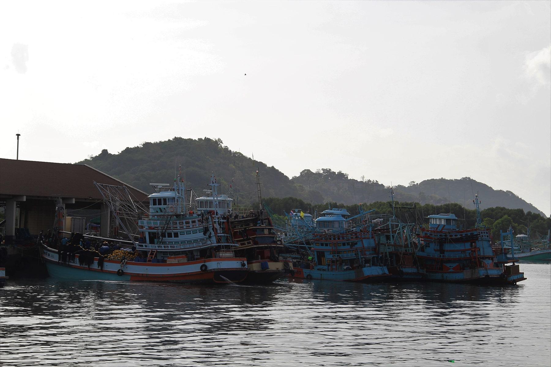 Bateaux dans le port de Phuket