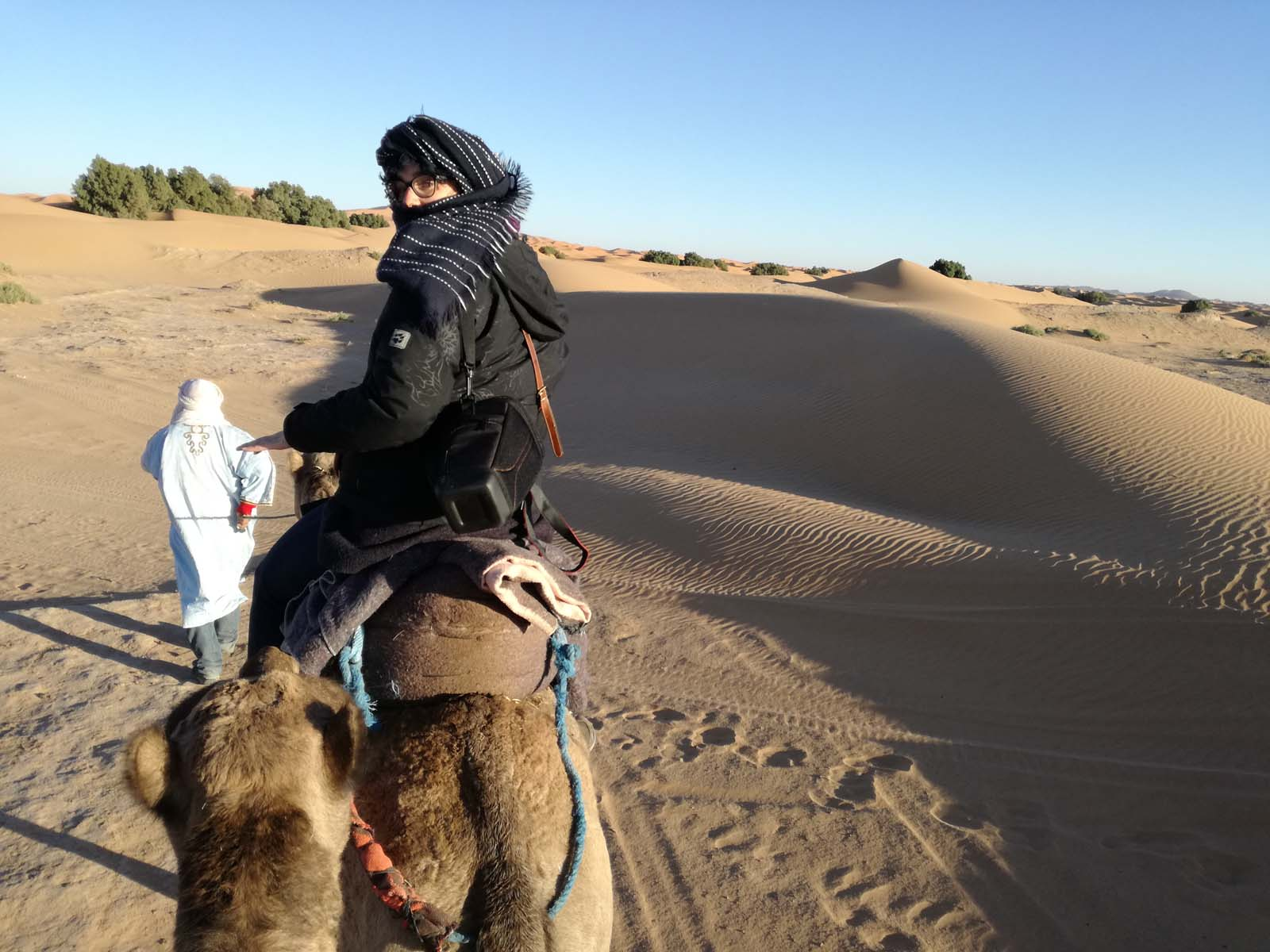 Marianna à dos de dromadaire à Merzouga dans le désert du Sahara