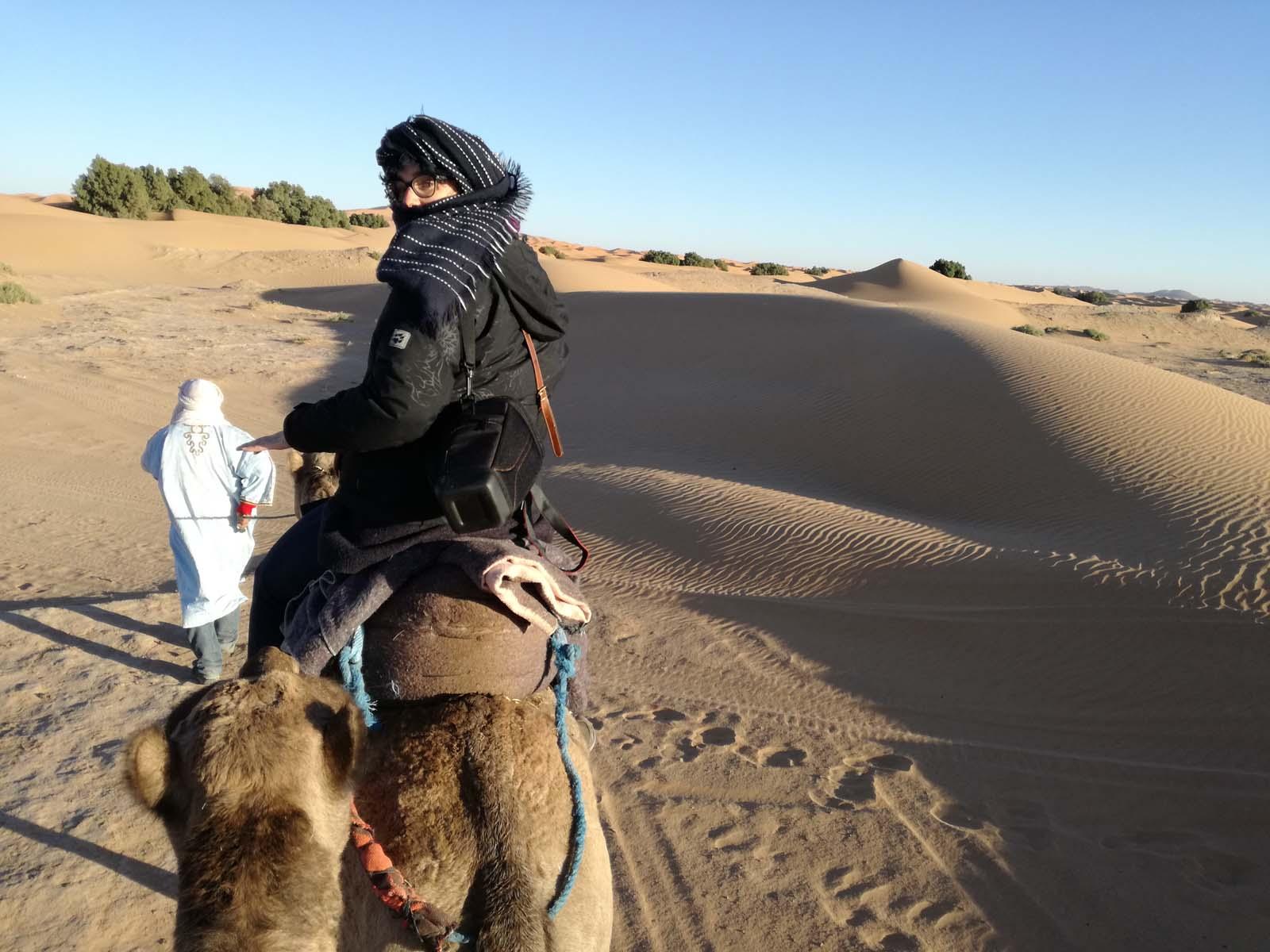Marianna su un dromedario a Merzouga nel deserto del Sahara