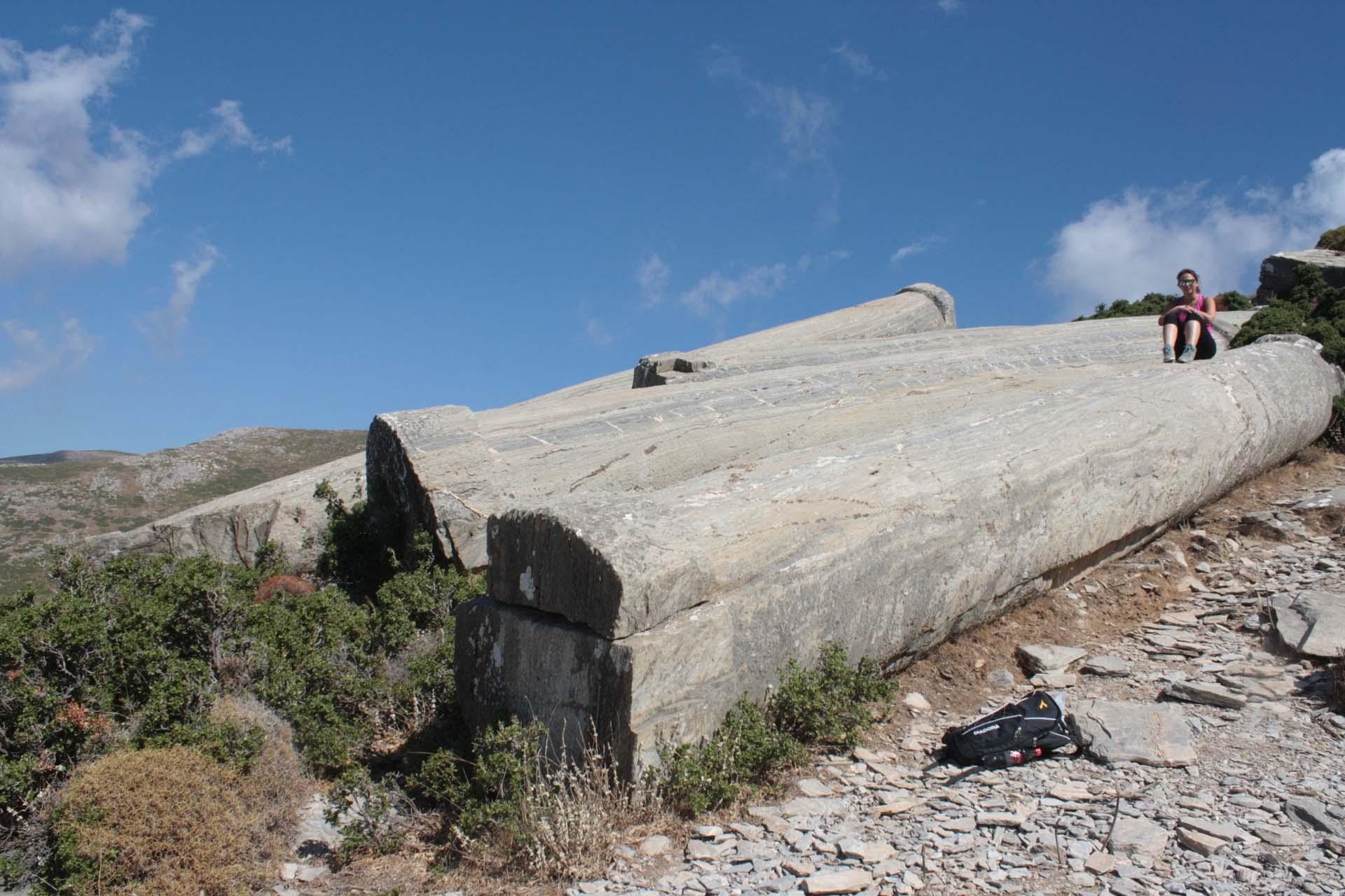 Marianna seduta sulle colonne di marmo intagliate nelle cave di Karystos sull'isola di Evia