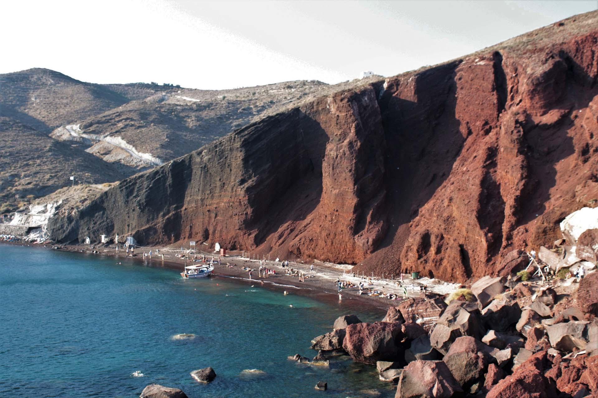 La spiaggia rossa a Santorini roccia vulcanica