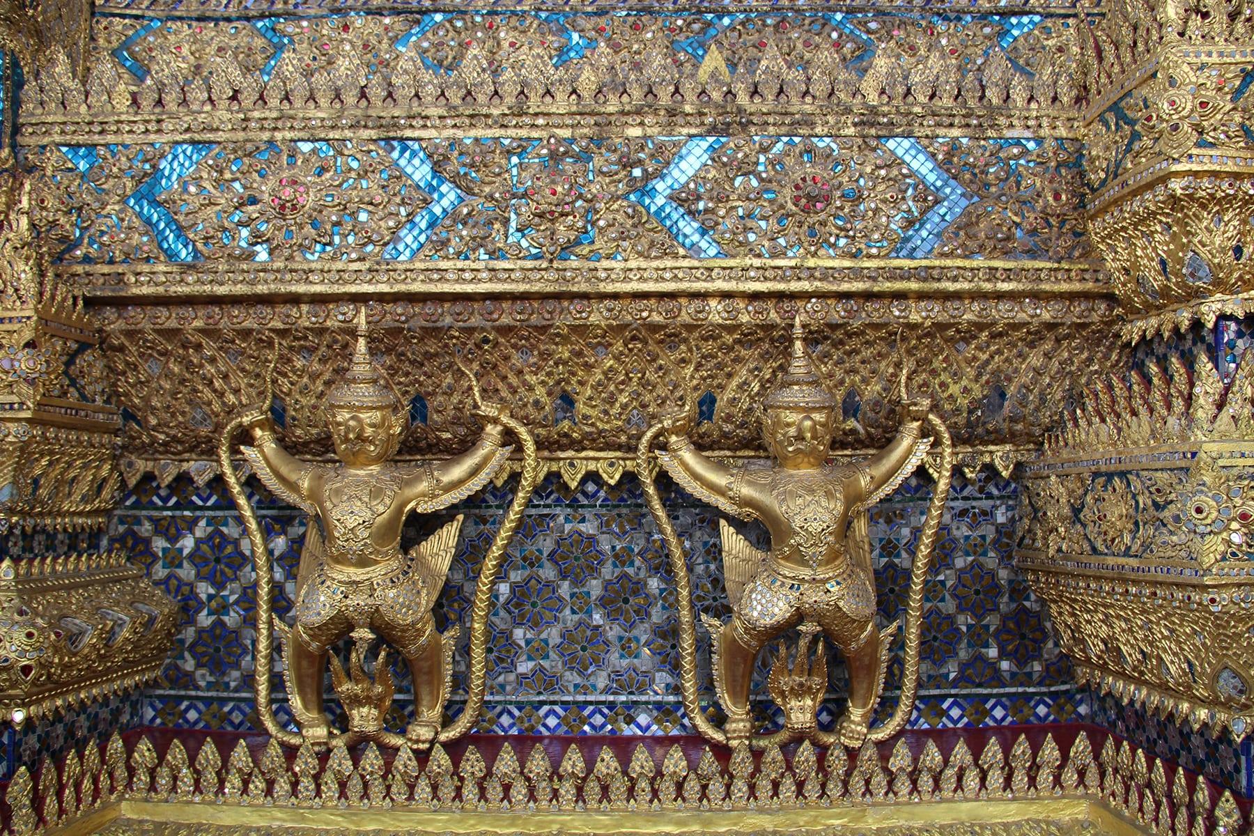 Yaksha come decorazioni oro e blu del Palazzo reale di Bangkok