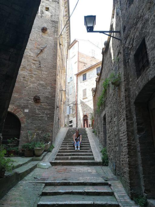 Marianna sur des escaliers dans une rue de Pérouse