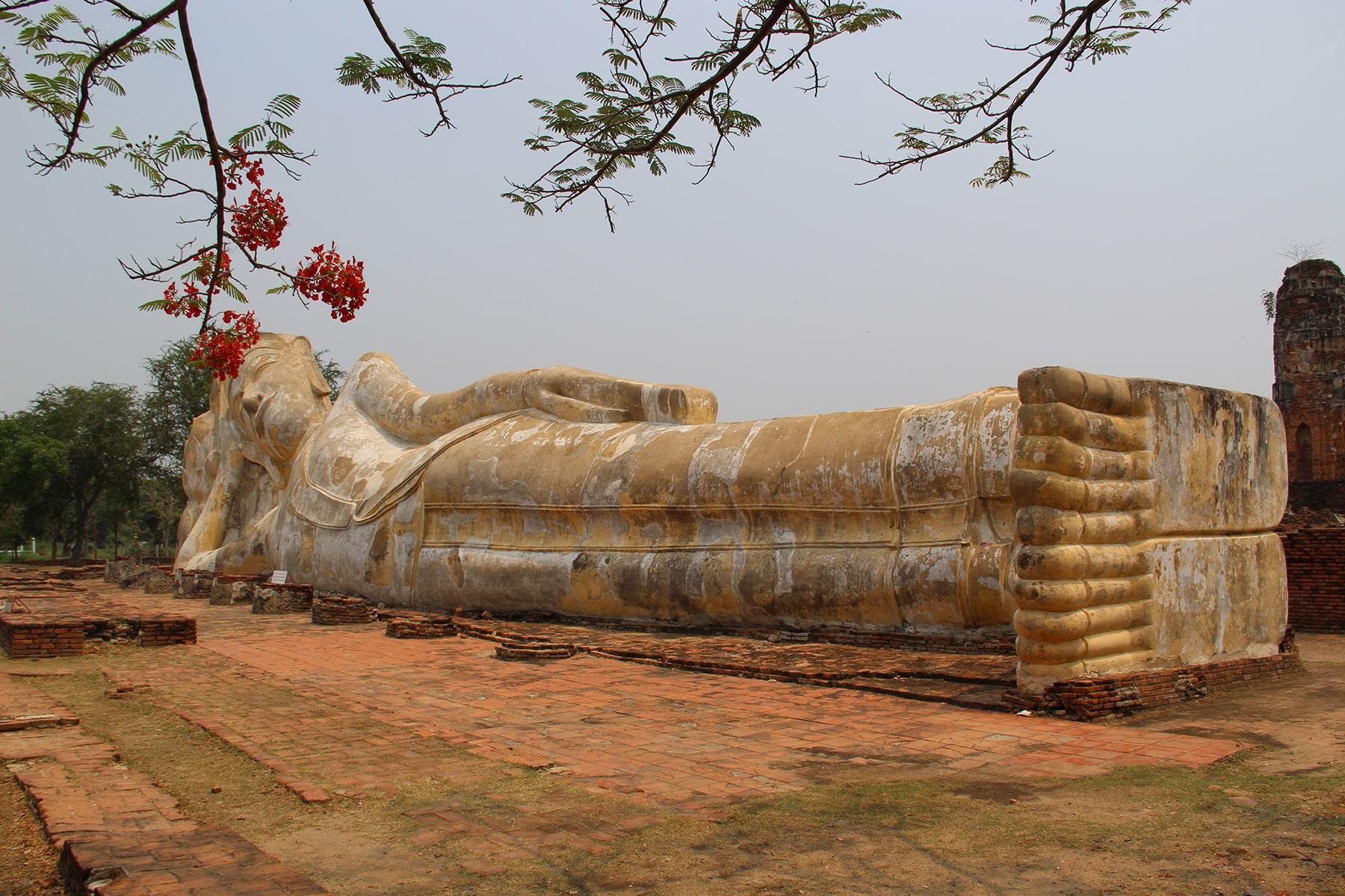 Bouddha couché du temple Wat Lokayasutharam d'Ayutthaya