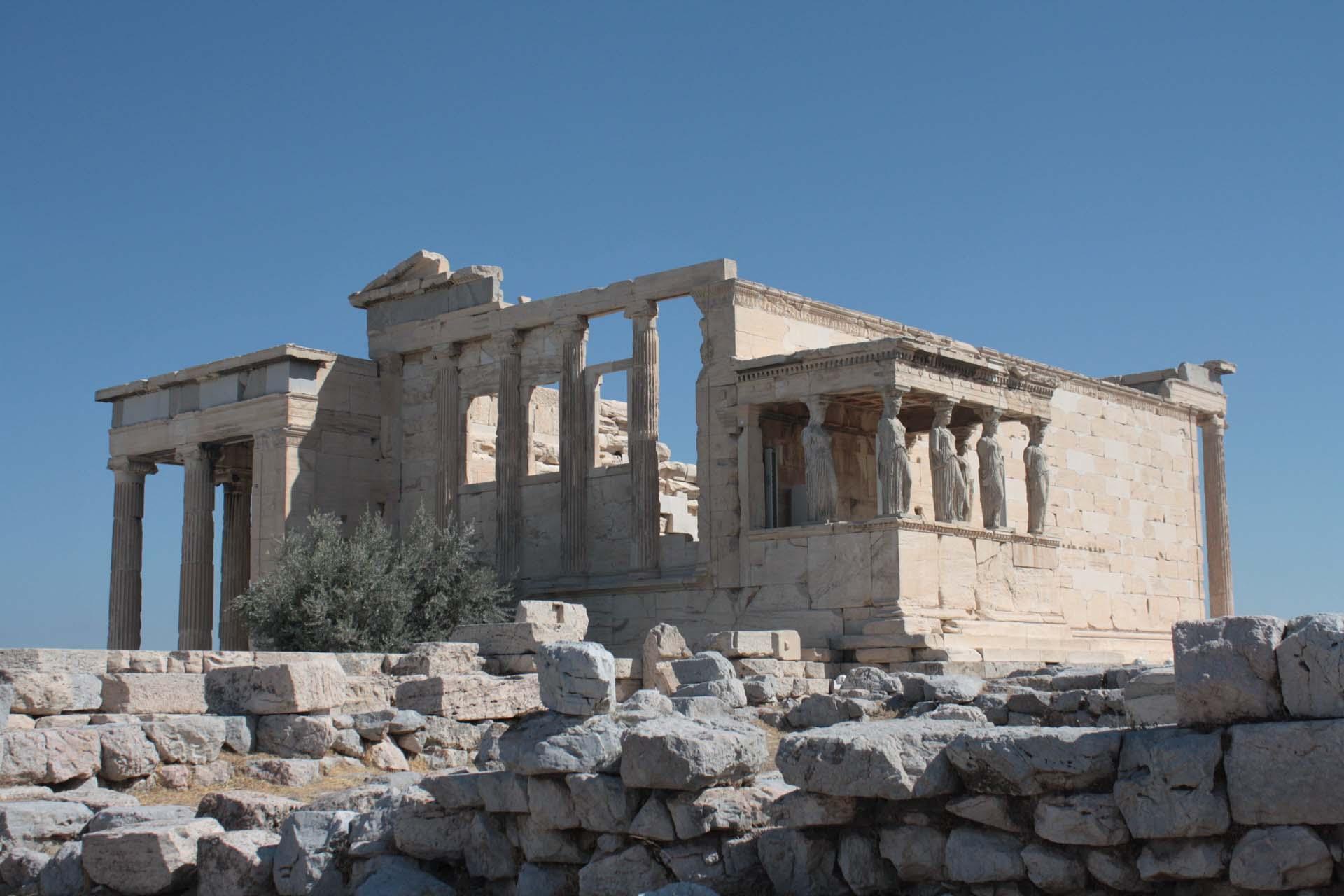 Vista del tempio di Eretteo sull'Acropoli di Atene con il porticato con le cariatidi
