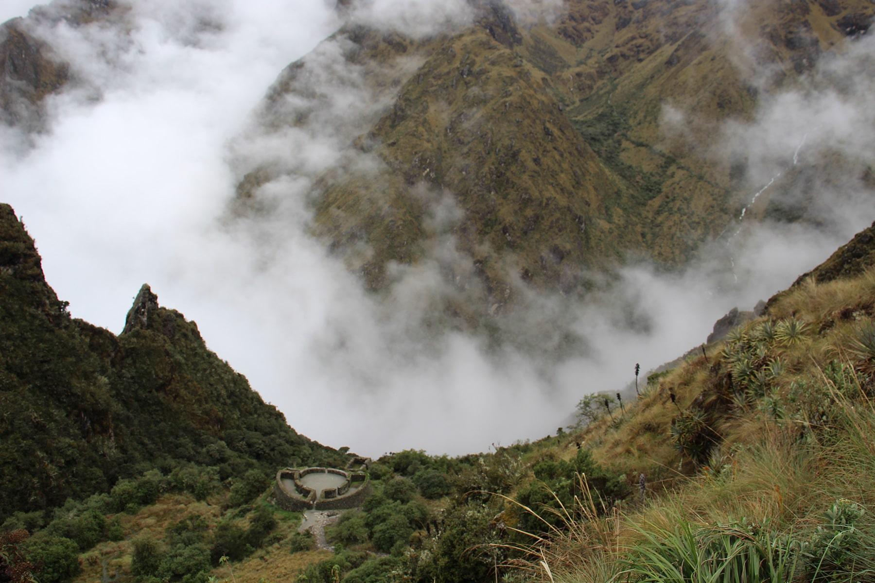Runcu Raccay dall'alto immerso nella nebbia sull'inca trail