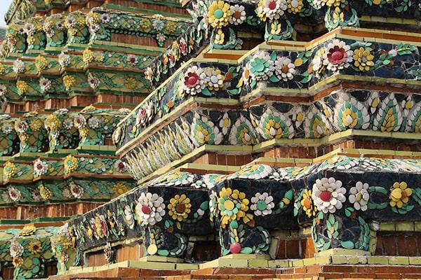 Decorazione a motivi floreali degli stupa