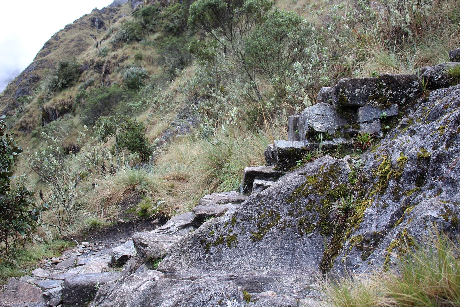 Alcuni gradini in pietra sul cammino inca