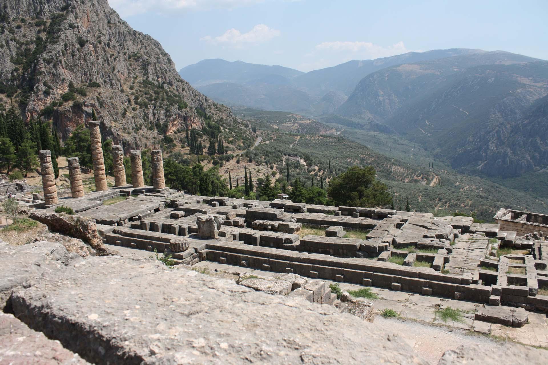 Vista del tempio di Apollo e delle colline rovine