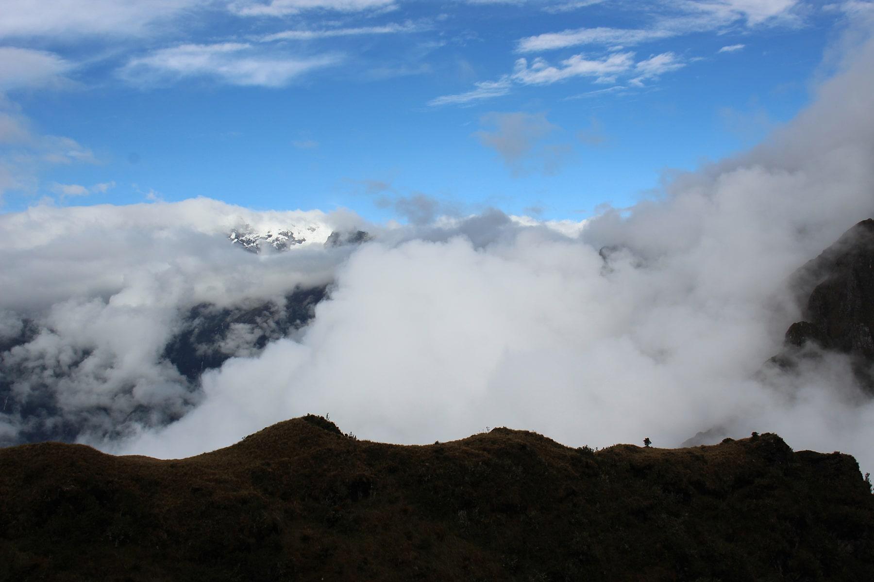 Le montagne innevate coperta dalle nuvole sull'inca trail