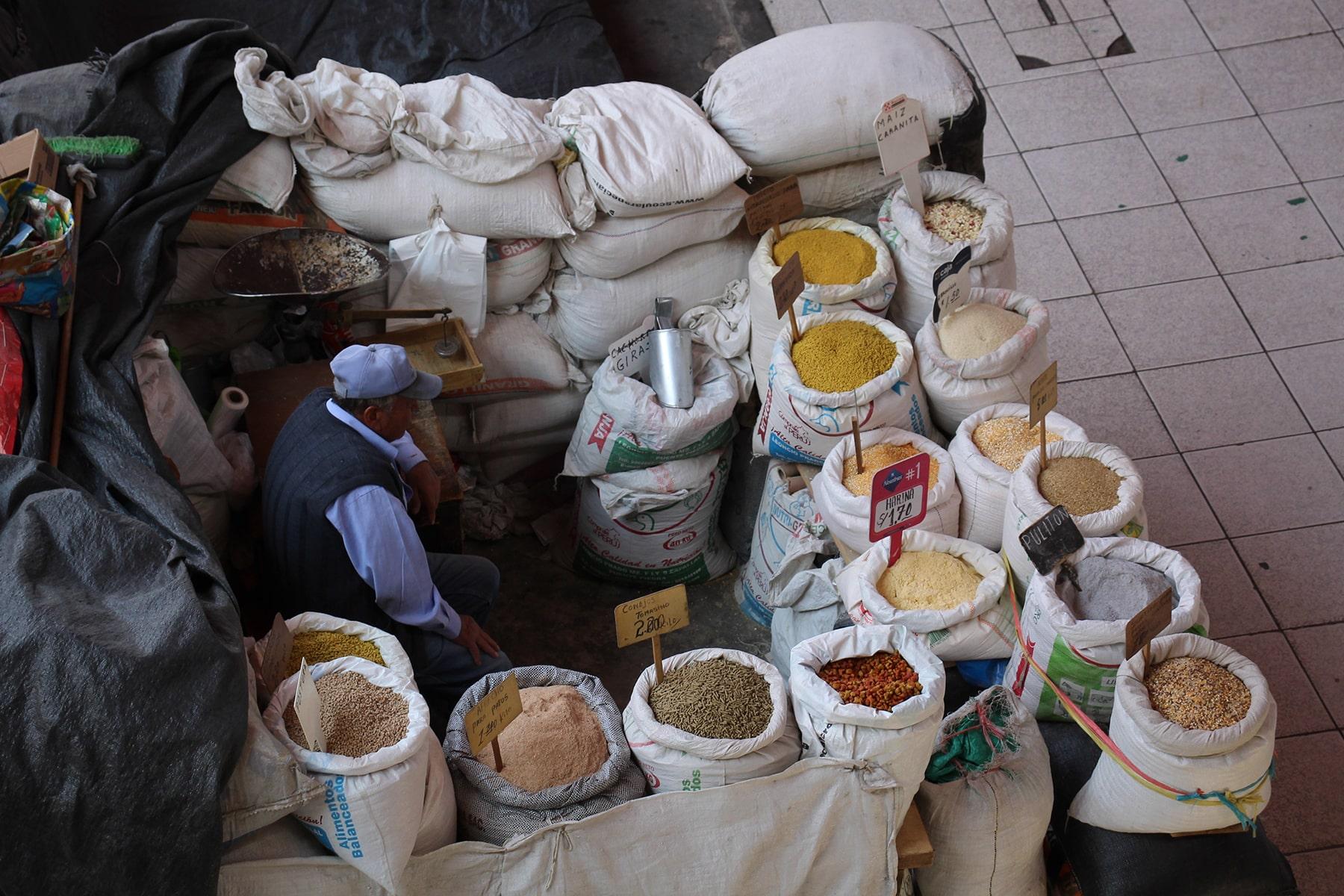 Un vendeur d'épices dans le marché de San Camilo, Arequipa