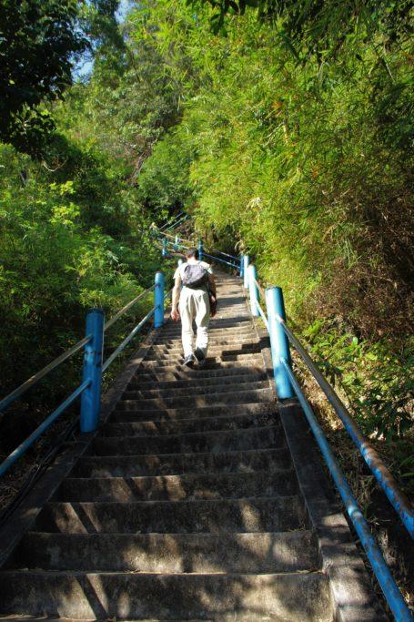 Marches pour atteindre le temple de la grotte du tigre de Krabi