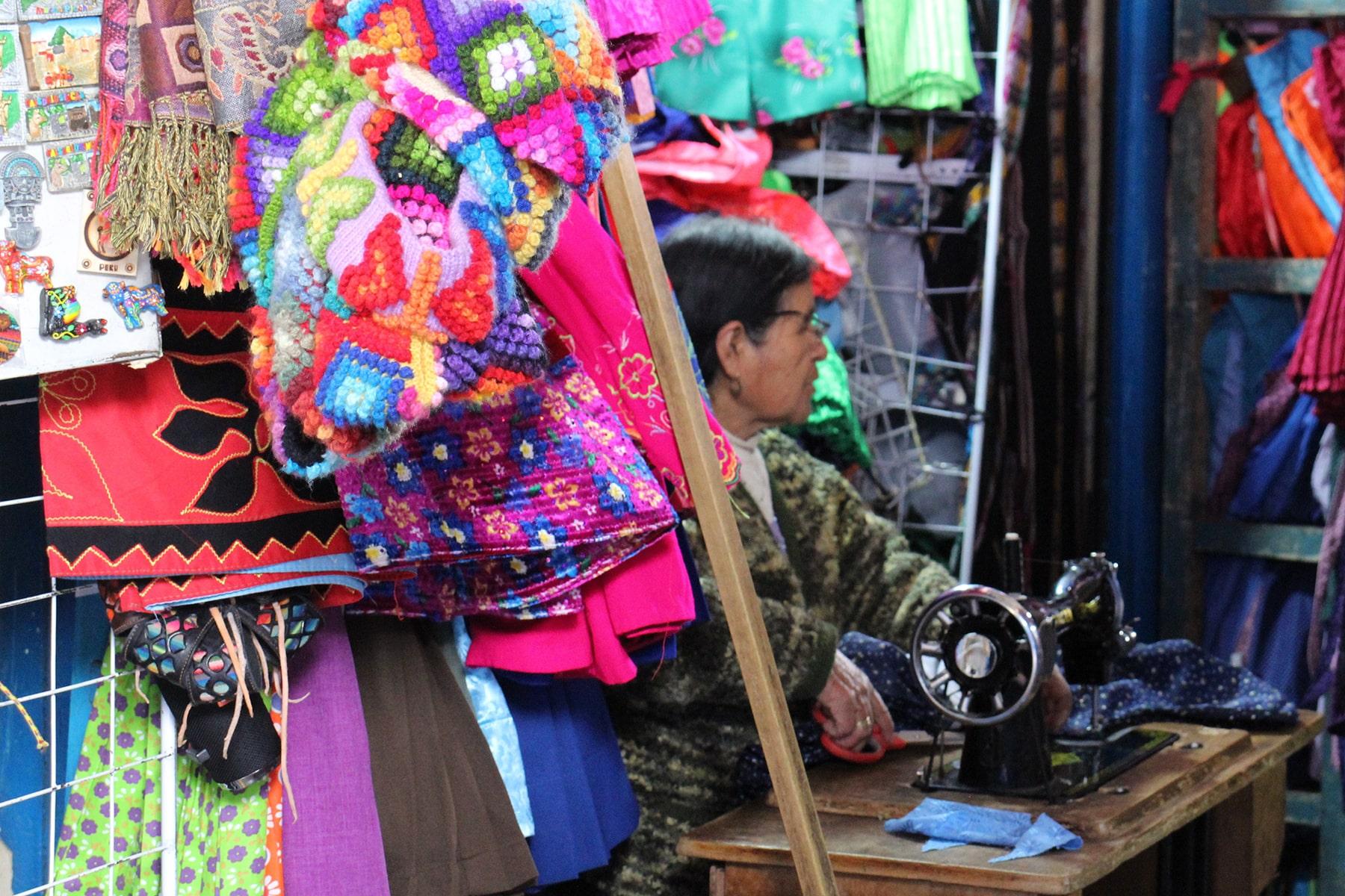 Une couturière dans le marché de San Pedro, Cuzco