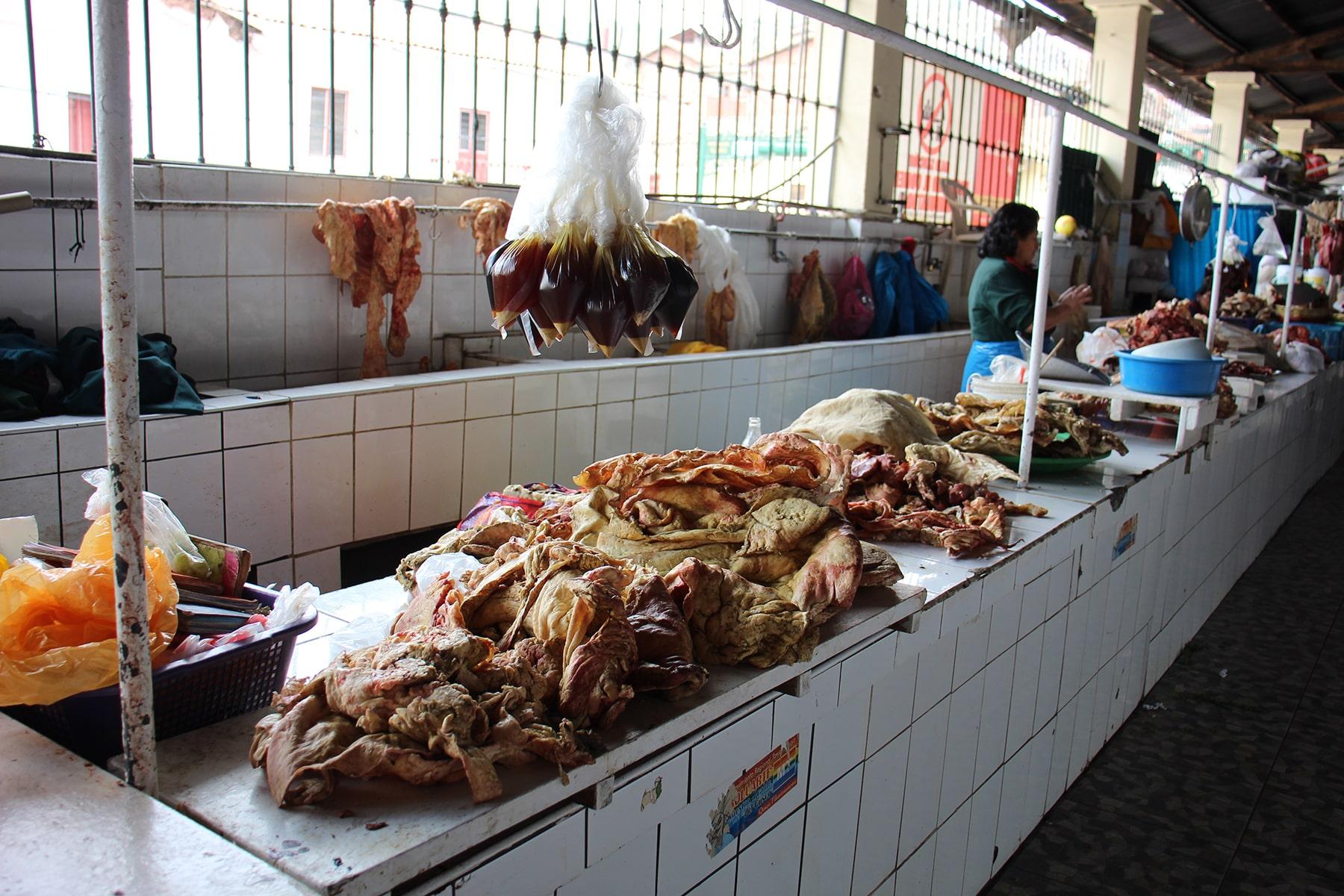 La section boucherie dans le marché de San Pedro, Cuzco