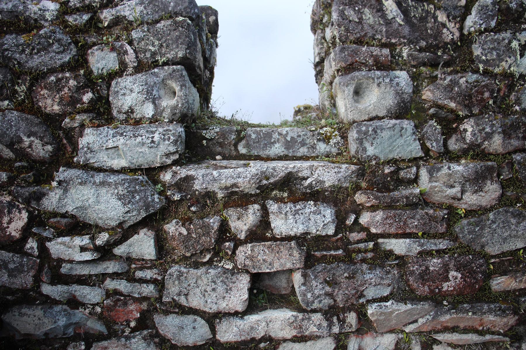 Le finestre del secondo piano sul sito di Sayacmarca inca trail