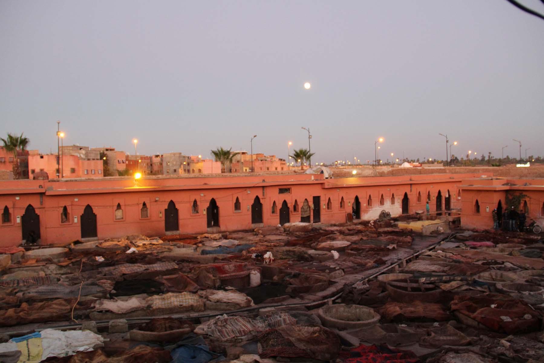 Vista di una conceria a Marrakech al tramonto