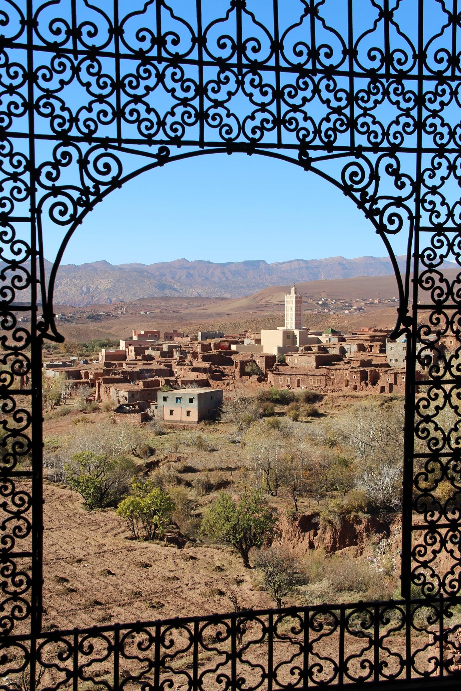 Vista di un villaggio dalla finestra della kasbah di Telouet