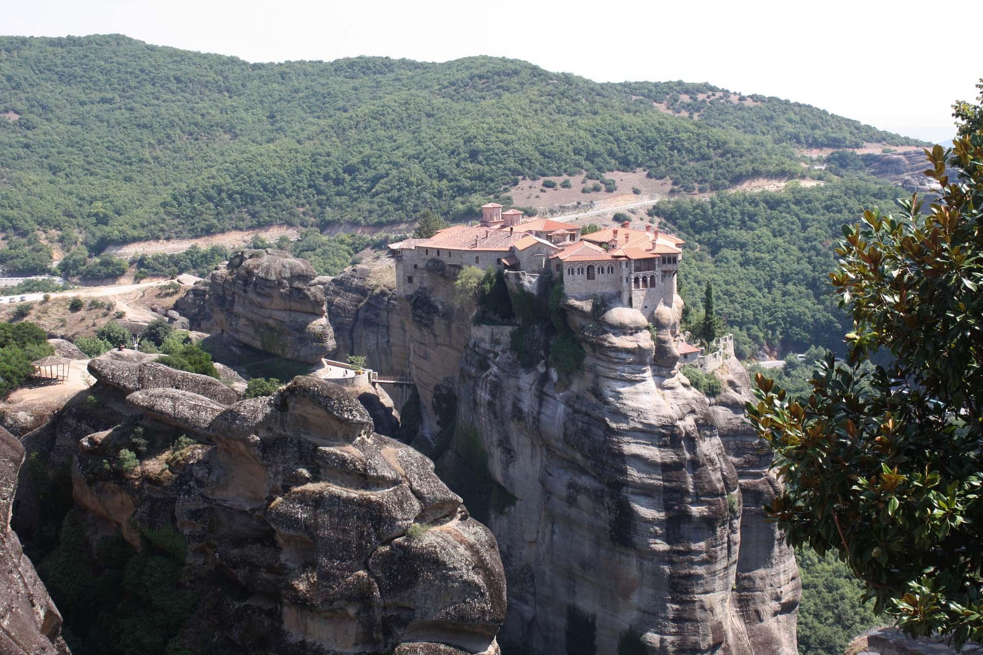 Monasterio di Meteora inerpicato sulle rocce con albero