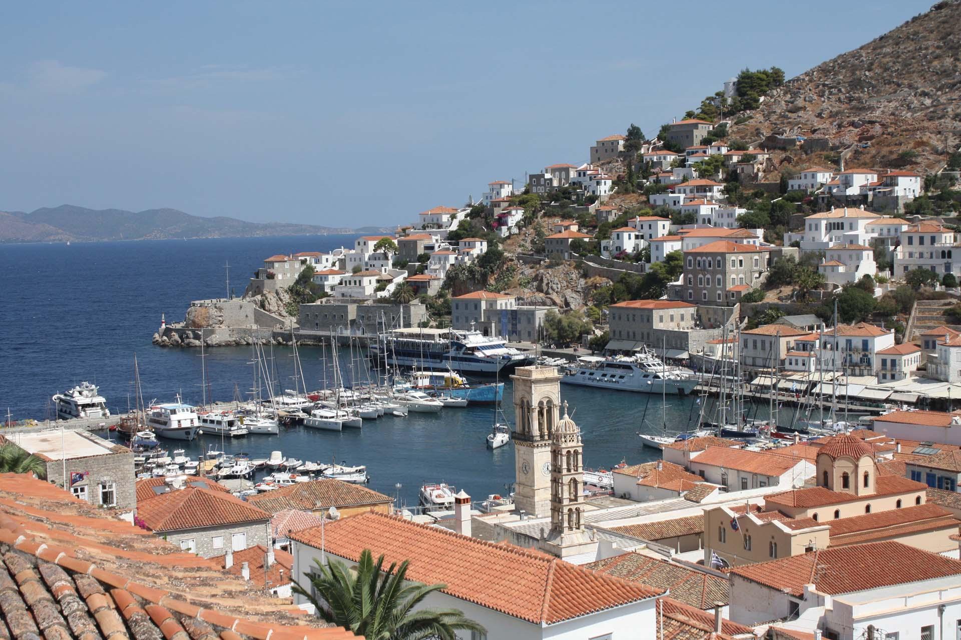 Vista sul porto d'Idra case barche campanile