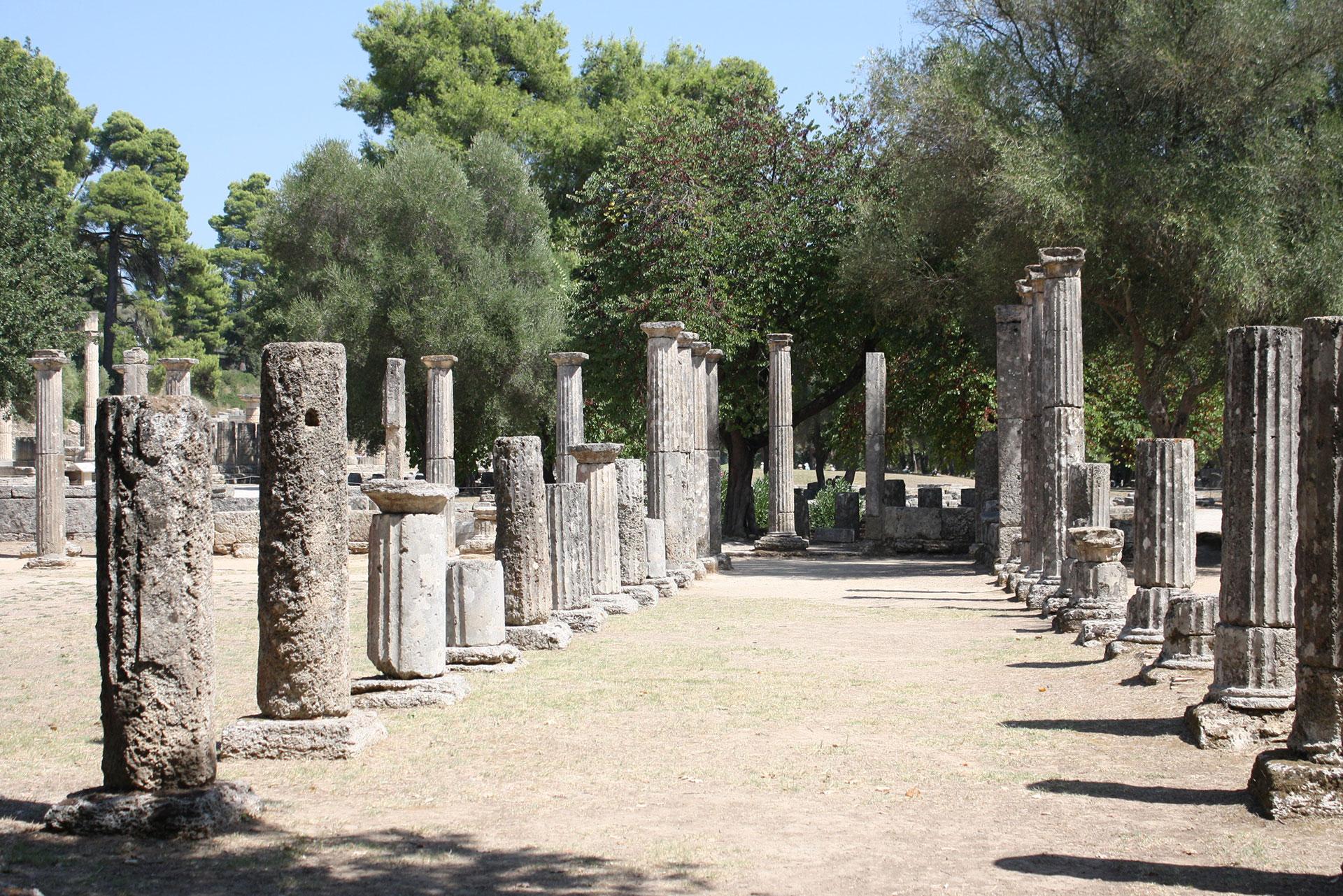 Ginnasio nell'antico sito di Olimpia con reste di colonne