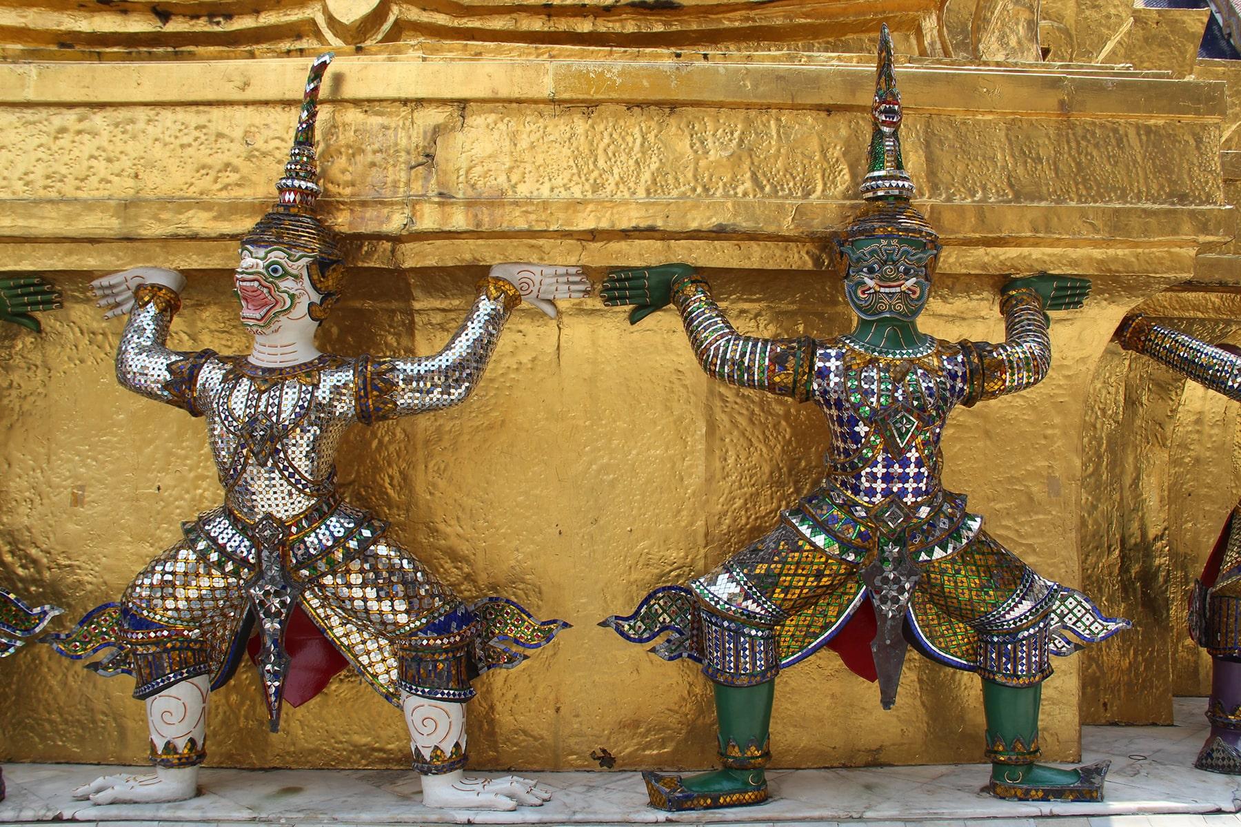 Yaks, demoni che sorreggono uno stupa