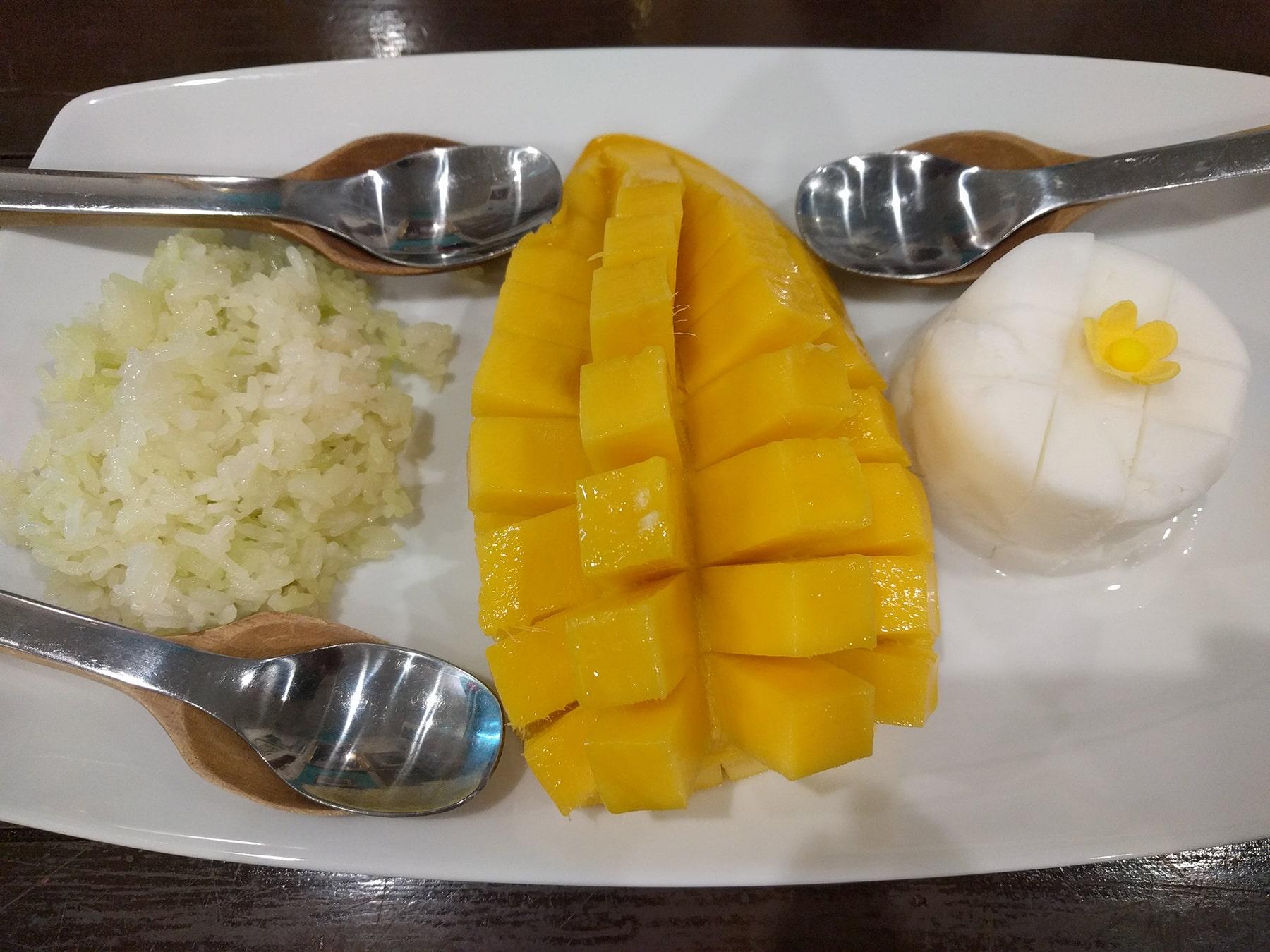 Mango con riso appiccicoso servito con gelato al cocco